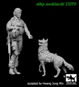 BLACK DOG F35132 - 1:35 US Woman Soldier with dog