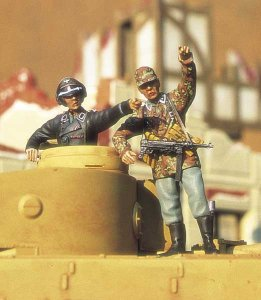 M-MODEL 35047 - 1:35 German Tanker &  SS Officer in Action